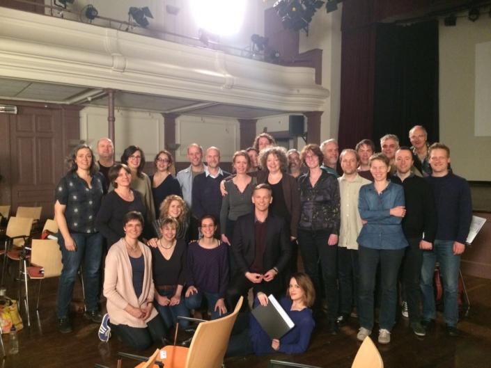 Foto van koor Photonen met acteur Barry Atsma