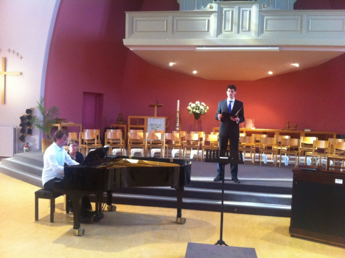 Foto van solist David Visser bij repetitie Utrechts Vocaal Ensemble