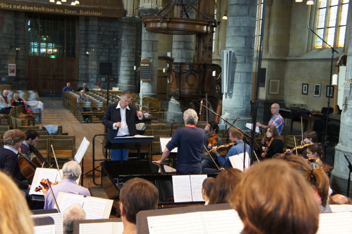 Foto van dirigent Hans Leenders met Studium Chorale in 2013